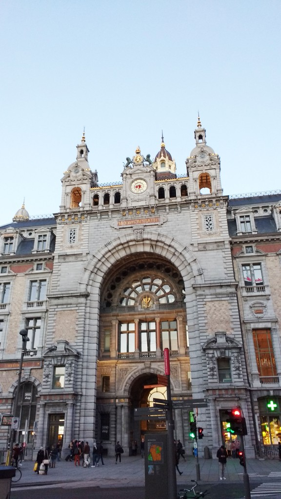 Belgique, weekend belge, au comptoir de mathilde, Bruxelles, weekend bruxelles, bonnes adresses, anvers, design, marché au puce, friperies, voyage, vacances, city guide, road book, fritland, au comptoir de mathilde, grand place, manneken pis, bd bruxelles, tintin, viva m'boma, carbonnade, tarte au sucre bruxelles, marché aux puces, marché design, brocante permanente, melting pot, friperie au kilo, al picolo mondo, restaurant italien, pasta alle vongole, urban outfitters boutique, shopping, tourisme, blog mode, blogueuse mode