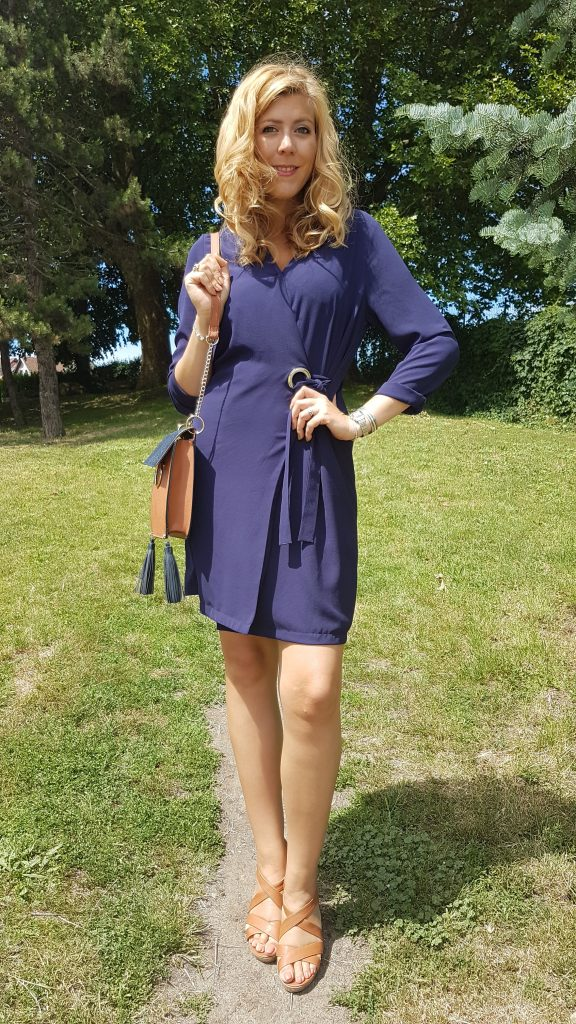 ootd, look du jour, tenue du jour, blog mode, blogueuse mode, robe portefeuille, robe retro, robe seventies, robe gros oeillet, sandales camel, sandales gold, cuir gold, sac cartable, sac besace, sac orriginal, primark, bruxelles, babou, cheap et chic, look pas cher