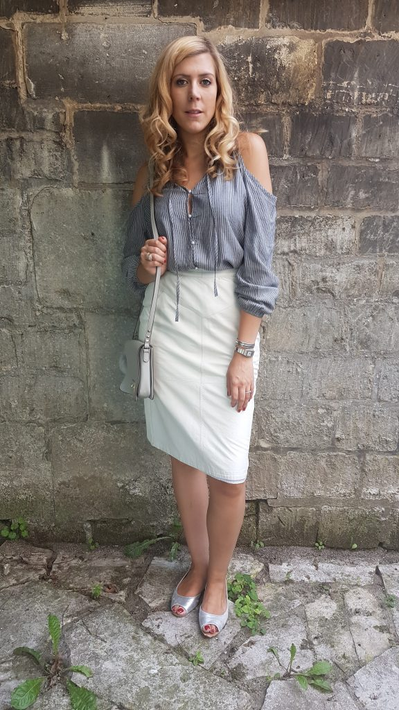 Look, tenue du jour, ootd, lookbook, blog mode, blogueuse mode, kiloshop, friperie pas chere paris, friperie picardie, friperie oise, jupe en cuir blanc, jupe en cuire creme, babou, h&m, hm, ootn, look sortie entre copines, look diner entre amis, look gris et blanc
