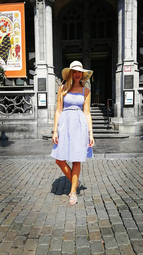 Bruxelles, look, robe vichy, robe smockée, chapeau message, capeline écritures, under the sun, sandales argent, look girly, tenue du jour, ootd, outfit bruxelles, pinup, rockabilly, blog mode, blogueuse mode