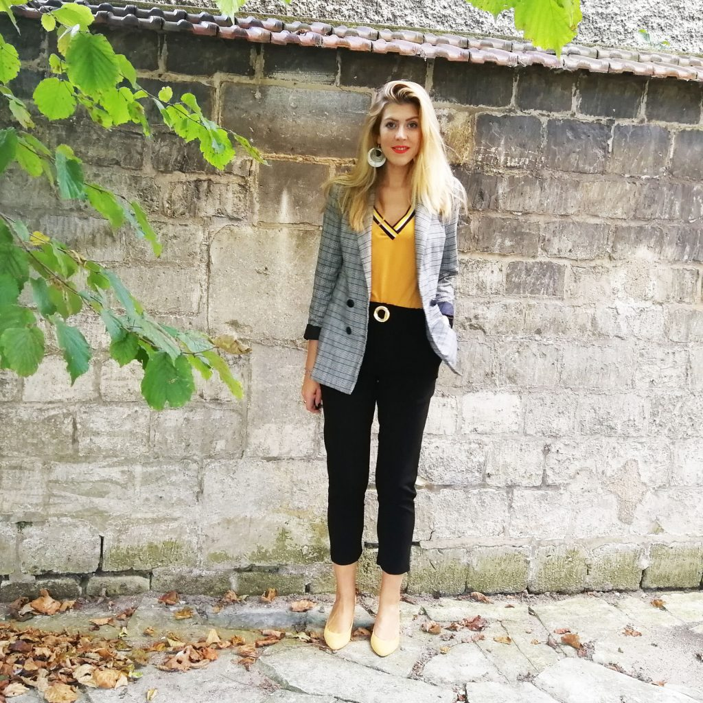 ootd, ootn, look automne, look preppy, tenue moutarde, top à bandes, escarpins jaune, blazer carreau, veste à carreaux, look mi saison, tenue d'automne, blog mode, blogueuse mode