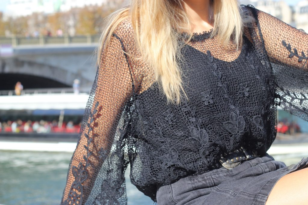 look, ootd, ootn, indian summer, look mi saison, tenue all black, look noir, top boheme, jupe jean boutonnée, santiags, look rock, look boho, gypset, bohochic, blog mode, blogueuse mode, paris
